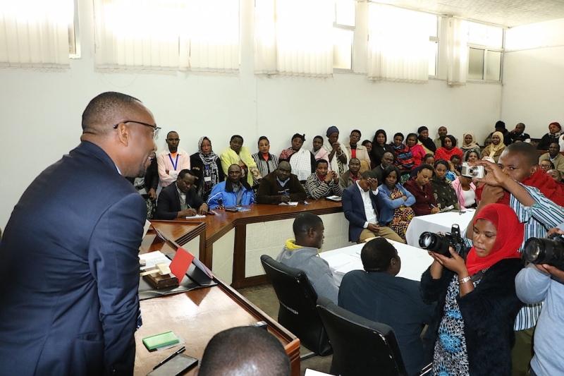 Mkurugenzi wa Uchaguzi Dkt. Athumani Kihamia akizungumza na wafanyakazi wa jiji la Aruhs wakati alipokwenda kuwaaga.