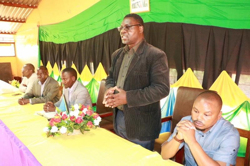 Mkurugenzi wa Uchaguzi wa Tume ya Taifa ya Uchaguzi (NEC), Zanzibar Felix Wandwe akizungumza na wasimamizi wasaidizi wa Uchaguzi (hawapo pichani) watakaosimamia uchaguzi mdogo wa udiwani Katika Kata ya Biturana wilayani Kibondo Januari 19 mwaka huu.