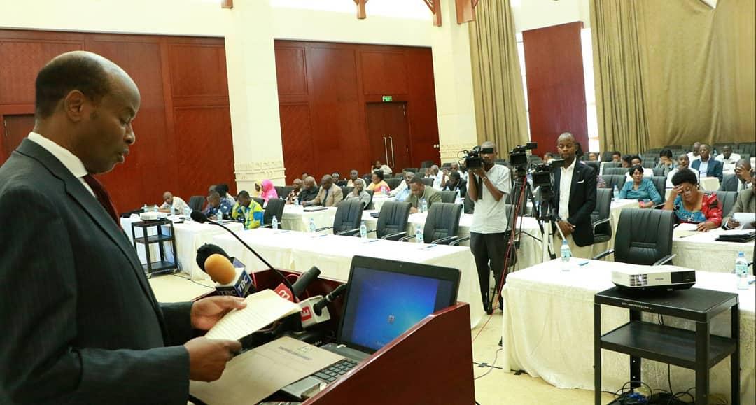 Mwenyekiti wa Tume Jaji (R) Semistolces Kaijage akitoa hotuba ya ufunguzi wa mkutano na viongozi wa vyama vya siasa.