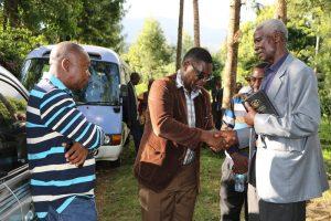 Mkurugenzi Ofisi ya Tume ya Taifa ya Uchaguzi (NEC) Zanzibar, Felix Wandwe, akiagana na Mkuu wa Boma, Mzee Gadiel Nanyaro baada ya kumaliza mazishi ya marehemu.