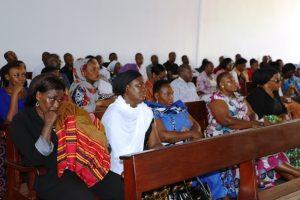 Baadhi ya watumishi wa Tume ya Taifa ya Uchaguzi an waombelezaji wengine wakishiriki katika ibada ya kumuaga marehemu Clarence Nanyaro katika Hospitali ya Taifa ya Muhimbili.