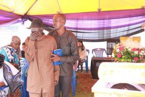 Baba wa marehemu mzee Sabaya Nanyaro akiaga mwili wa marehemu mwanaye wakati wa ibada ya kuuaga mwili wa marehemu.