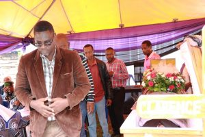Mkurugenzi Ofisi ya Tume ya Taifa ya Uchaguzi (NEC) Zanzibar, Felix Wandwe akitoa heshima za mwisho kwa mwili wa marehemu.