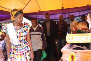 Baadhi ya ndugu, jamaa na marafiki wakitoa heshima za mwisho kwa mwili wa marehemu.