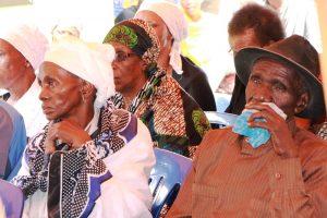 Baba na mama wa marehemu wakiwa an nyuso za huzuni wakati wa ibada ya kuuaga mwili wa marehemu.