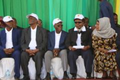 Wajumbe wa Tume ya Taifa ya Uchaguzi (waliovaa kofia) wakifuatilia matukio kabla ya uzinduzi wa Uboreshaji wa Daftari la Wapiga kura.